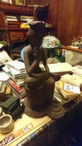 木彫の釈迦座像にライティングビューローなど